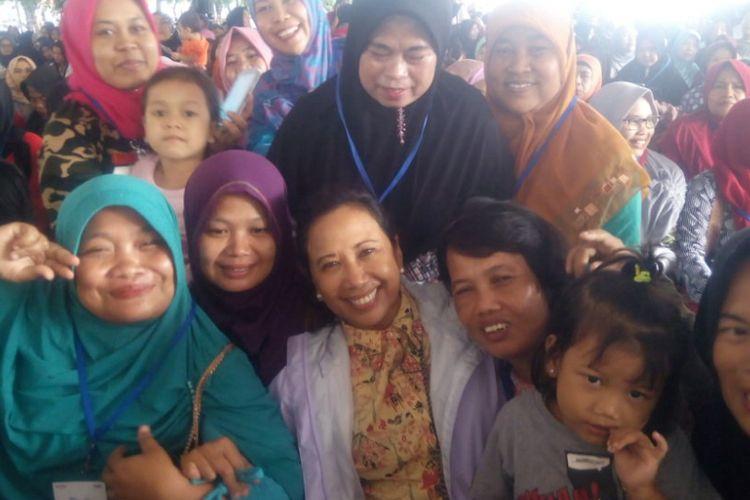 Menteri Badan Usaha Milik Negara (BUMN), Rini Soemarno menemui ratusan nasabah program Membina Ekonomi Keluarga Sejahtera (Mekaar) di Lapangan Alun-Alun Kota Bekasi, Jawa Barat, Jumat (25/1).