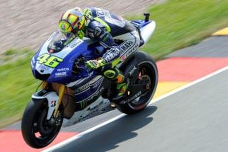 Pebalap Yamaha, Valentino Rossi memacu motornya pada sesi latihan empat GP Jerman di Sirkuit Sachsenring, Sabtu (13/7/2013).