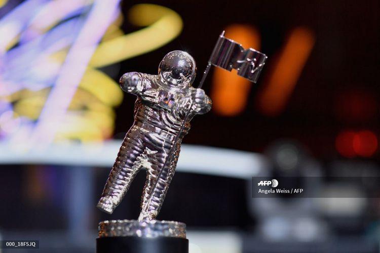 Trofi VMA yang biasa disebut Moon Person dipajang pada konferensi pers MTV Video Music Awards 2018 di Radio City Hall, New York City, pada 17 Agustus 2018.