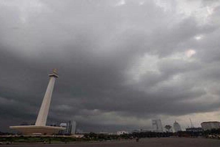 Mendung hitam menggelayut di atas langit di kawasan Monumen Nasional, Jakarta, Kamis (14/2/2013)