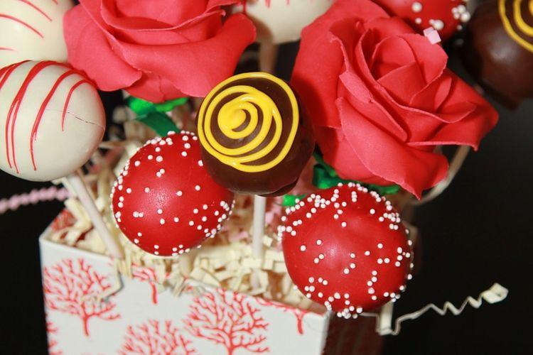 Ilustrasi buket cokelat sederhana dengan hiasan bunga.