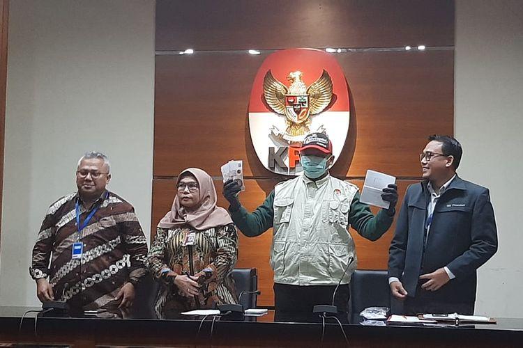 Ketua KPU Arief Budiman (paling kiri) bersama Wakil Ketua KPK Lili Pintauli Siregar dalam konferensi pers di Gedung KPK, Kamis (9/1/2020).