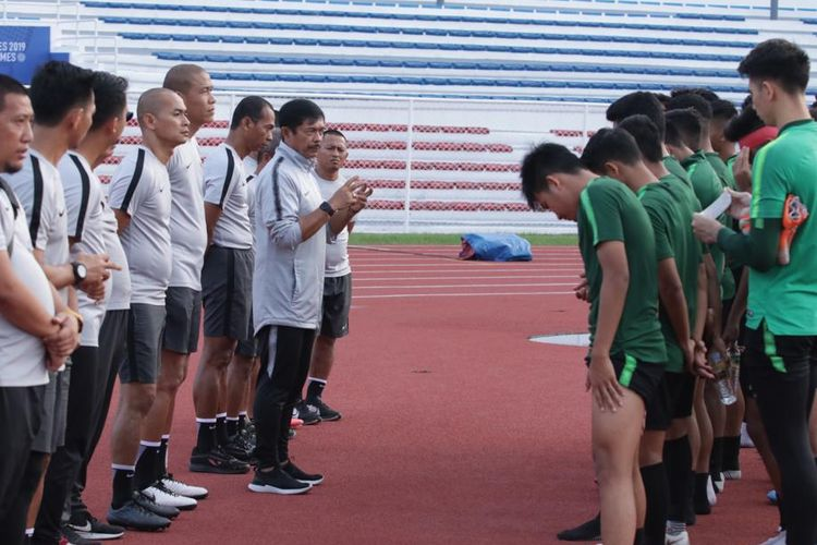 Indra Sjafri memberi arahan kepada skuad timnas U23 Indonesia di SEA Games 2019