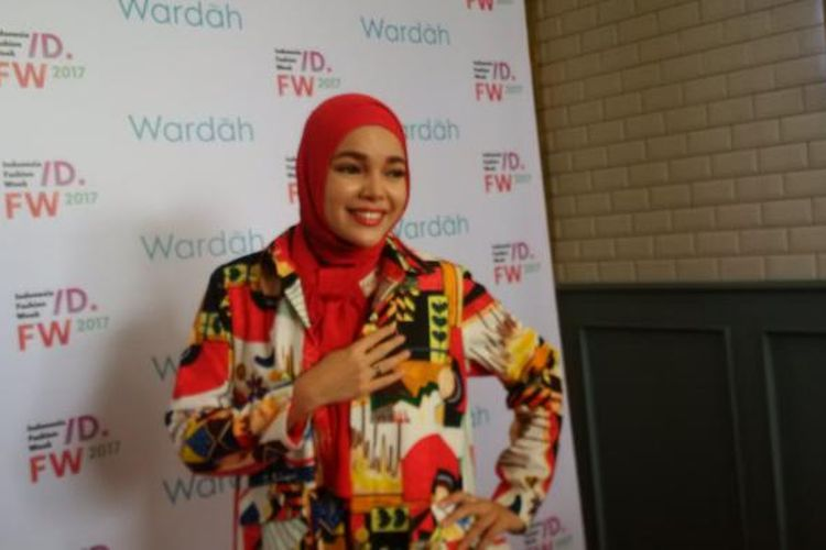 Dewi Sandra diabadikan di Wyls Kitchen, Hotel Veranda, Kebayoran Lama, Jakarta Selatan, Senin (30/1/2017).