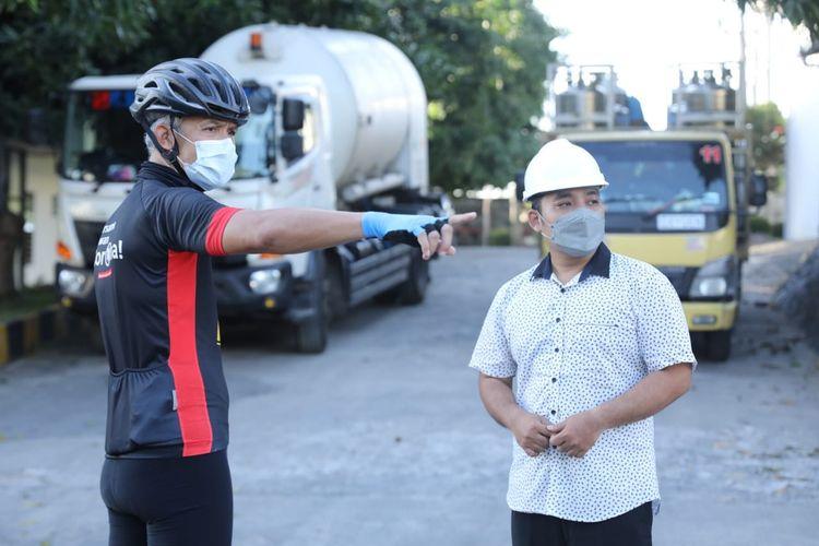 Gubernur Jawa Tengah Ganjar Pranowo meninjau langsung PT Samator Kendal sambil gowes Minggu (11/7/2021)