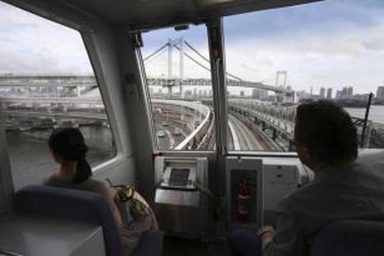 Kereta commuter  melintasi Jembatan Rainbow di Tokyo, 4 September 2013. Tokyo berkompetisi dengan Madrid dan Istanbul untuk merebut tuan rumah penyelenggaraan pesta olahraga Olimpiade 2020.