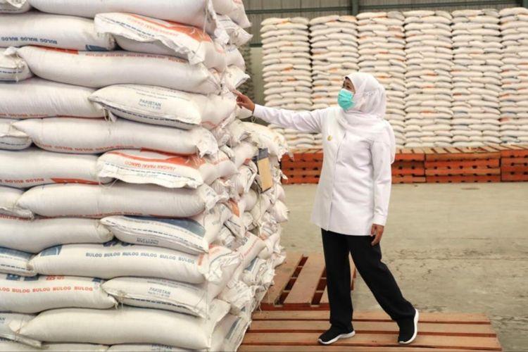 Gubernur Jatim Khofifah Indar Parawansa meninjau gudang beras Bulog di Kecamatan Buduran Sidoarjo Jawa Timur, Kamis (25/3/2021).