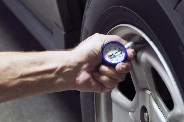 Perhatikan isi garasi, khususnya mobil Anda. Periksa tekanan udara ban mobil Anda dan sesuaikan dengan ketentuan yang biasa diletakkan di pintu mobil. Ban dengan isi yang ideal mampu menghemat penggunaan bahan bakar.