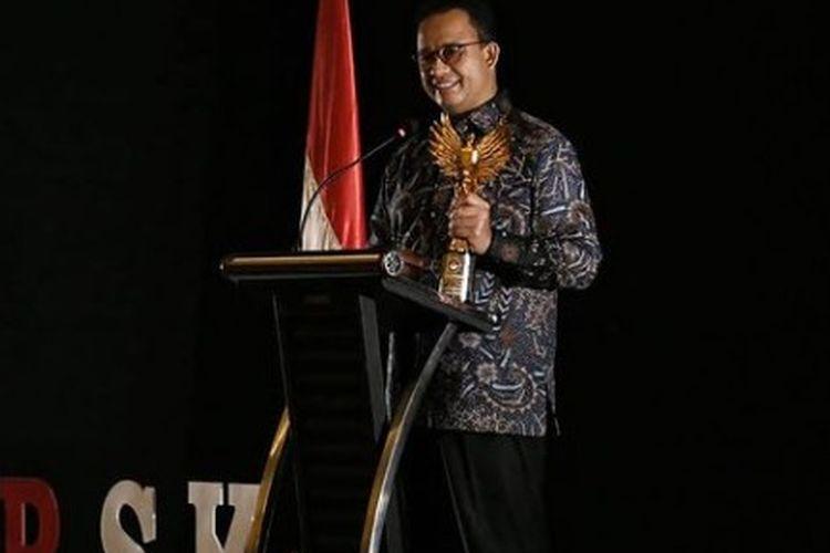 Gubernur DKI Jakarta Anies Baswedan saat menerima Anugerah Penghargaan Sahabat Saksi dan Korban dari LPSK, Selasa (31/8/2021)