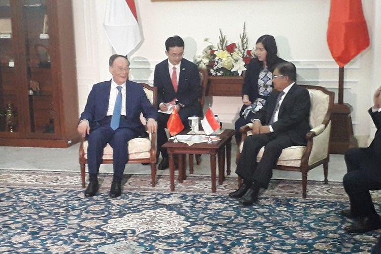 Wakil Presiden RI Jusuf Kalla berbincang dengan Wakil Presiden RRC Wang Qishan di Istana Wakil Presiden, Jakarta, Sabtu (19/10/2019).