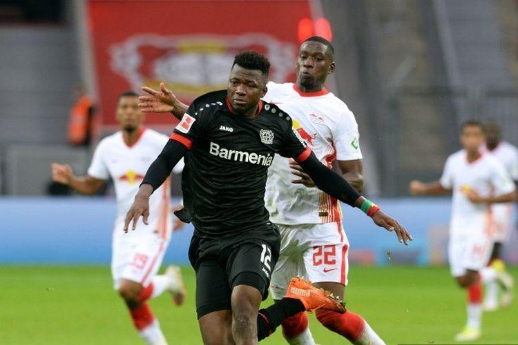 Bek Leverkusen Burkinabe Edmond Tapsoba dan bek Prancis Leipzig Nordi Mukiele bersaing memperebutkan bola selama pertandingan sepak bola divisi pertama Bundesliga Jerman Bayer Leverkusen vs RB Leipzig, di Leverkusen, Jerman barat, pada 26 September 2020.