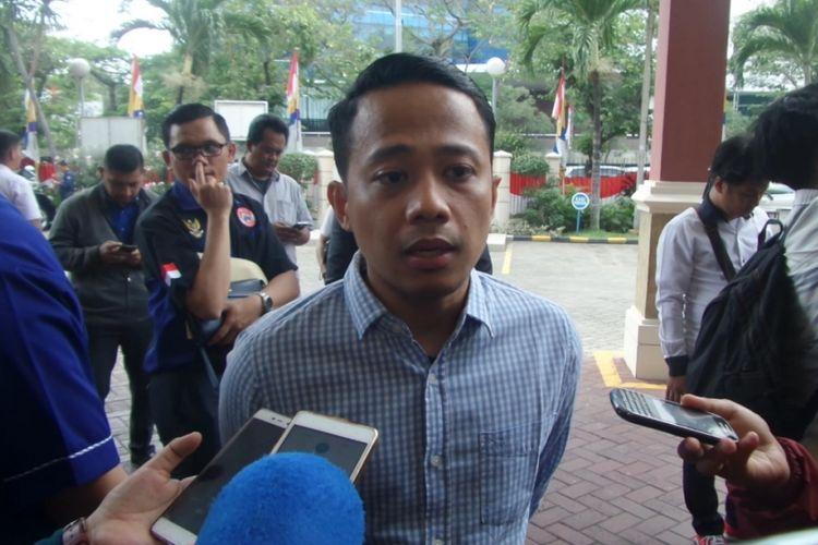 Komika Acho yang sedang terjerat kasus dugaan pencemaran nama baik saat menyambangi Kejaksaan Negeri Jakarta Pusat, Senin (7/8/2017).