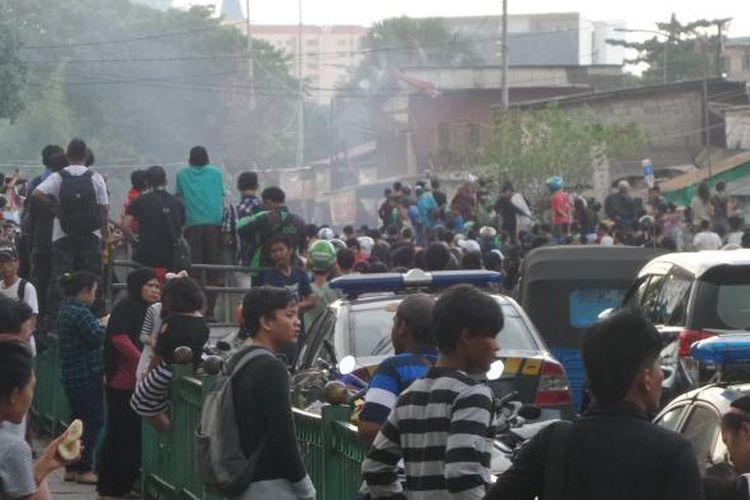 Situasi di depan Stasiun Manggarai saat terjadi tawuran antarwarga, Minggu (8/1/2017). Foto ini diambil sebelum polisi menembakkan gas air mata.