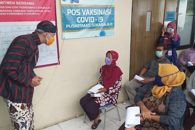 Gubernur Ganjar Pranowo meninjau vaksinasi Covid-19 di Puskesmas Sokaraja 2, Kabupaten Banyumas, Jawa Tengah, Kamis (10/6/2021) .
