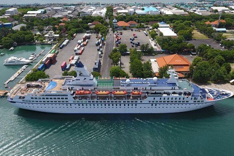 Kapal pesiar berlabuh di pelabuhan yang dikelola oleh Pelindo III.