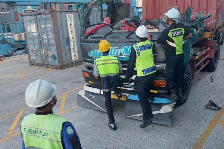 Supir truk tewas diduga menabrak kontainer yang akan turun di Pelabuhan Tanjung Priok/ sumber: istimewa
