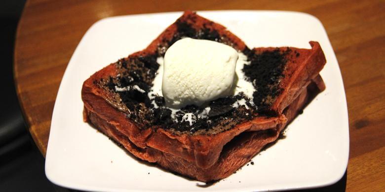 Roti bakar ini disajikan berwarna merah dengan taburan oreo serta selai cokelat. Taburan oreo memenuhi sisi atas roti bakar dan es krim.