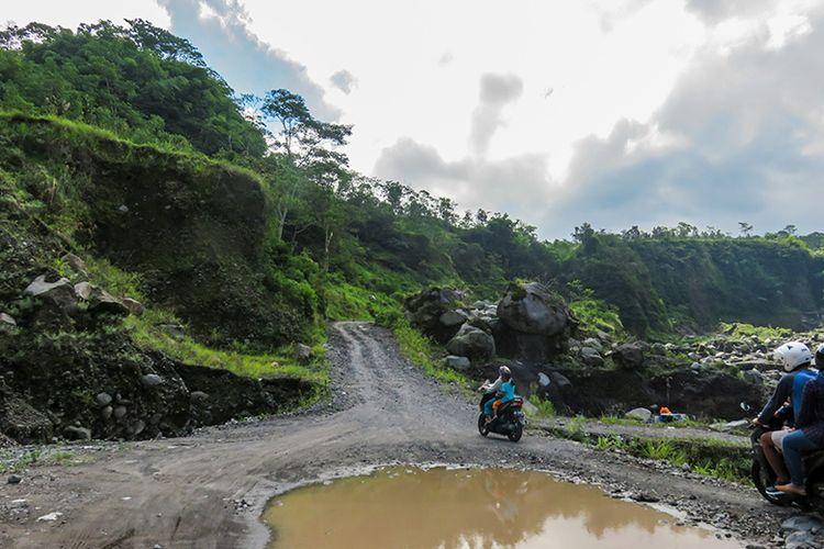 Jalur yang harus melalui sungai lahar hujan Gunung Merapi.
