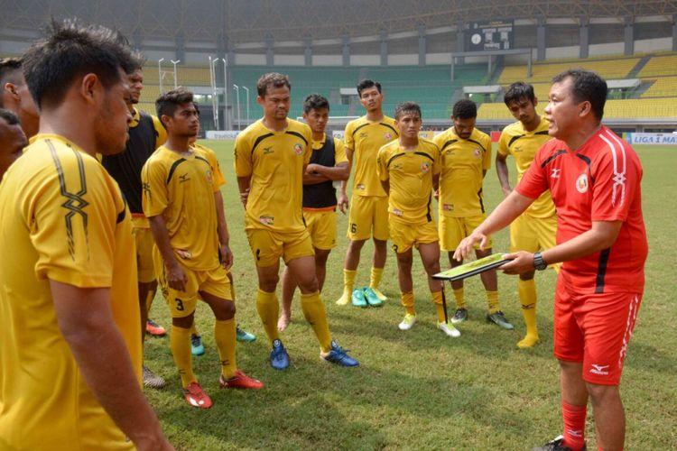 Syafrianto Rusli sedang menjelaskan taktikal bermain kepada para pemain Semen Padang.