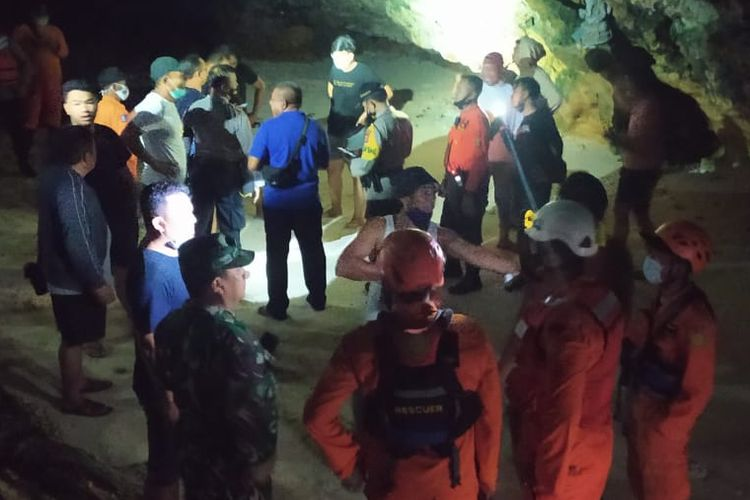 Basarnas [Search and Rescue Agency] personnel rescue 13 students stuck in a reef cave after they were stranded by high tides [14/11/2020]