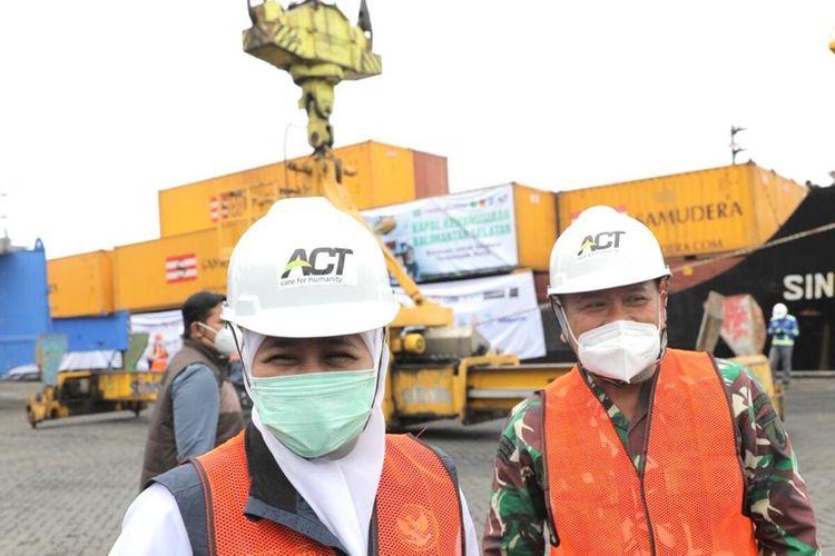 Gubernur Jatim Khofifah Indar Parawansa melepas bantuan untuk korban banjir Kalsel di Pelabuhan Tanjung Perak Surabaya, Sabtu (30/1/2021).