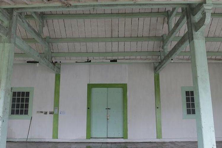 Bangunan tengah Guest House Nyah Lasem, Desa Karangturi, Kecamatan Lasem, Kabupaten Rembang, Jawa Tengah, Minggu (12/2/2017). Guest House Nyah Lasem adalah salah satu bangunan bergaya Cina Hindia yang bisa diinapi oleh wisatawan.