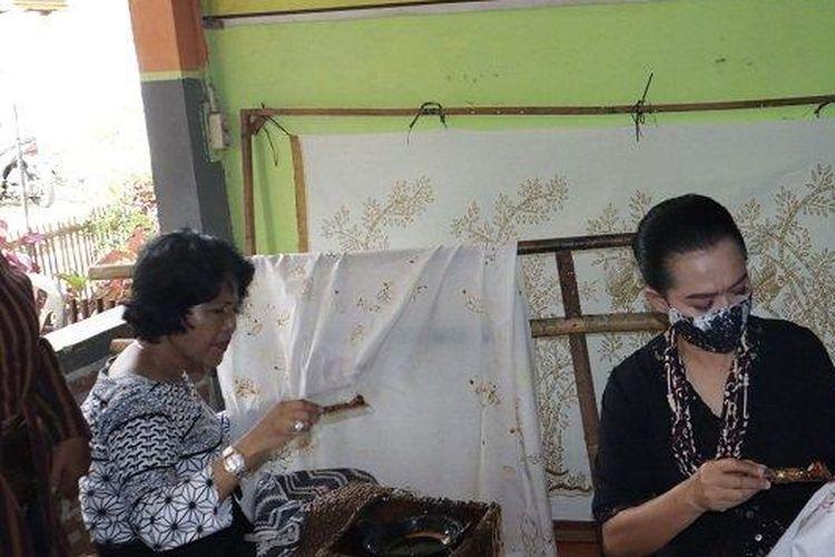 Ketua Tim Penggerak PKK Banjarnegara Marwi Budhi Sarwono (dua dari kanan), praktik membatik di Desa Wisata Gumelem, Susukan, Banjarnegara, Senin (8/2/2021).