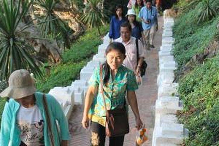 Jalan kaki menuju Chamsy Hill di Luang Prabang, Laos.