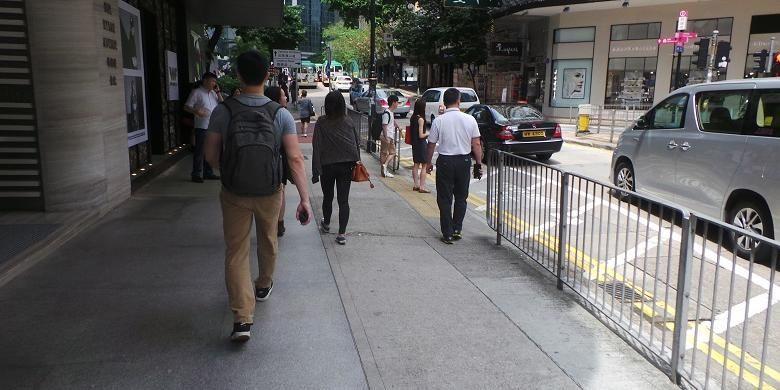 Warga Hongkong berjalan kaki di pedestrian jalan daerah Causeway Bay, Hongkong, Minggu (19/6/2016) sore. Causeway Bay berada di daratan seberang area Kowloon, Tsim Tsa Tsui sekitar 20 menit dijangkau menggunakan Mass Transit Rail (MTR).