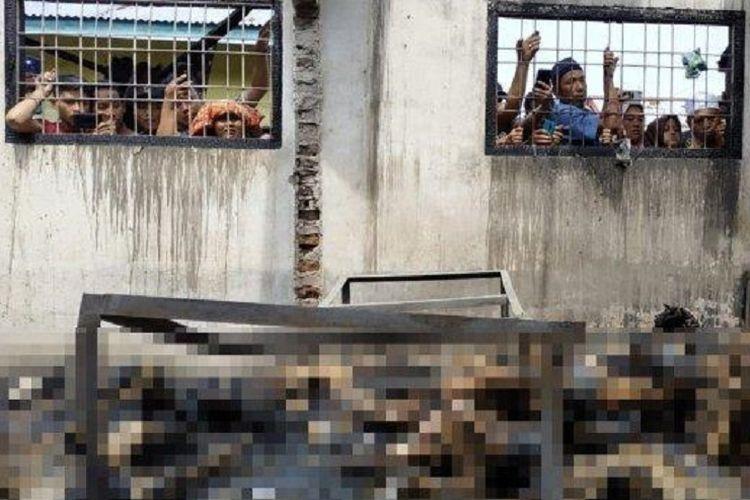 Warga melihat jasad yang terbakar di pabrik mancis Jalan T Amir Hamzah, Desa Sambirejo, Binjai, Sumatera Utara, Jumat (21/6/2019).