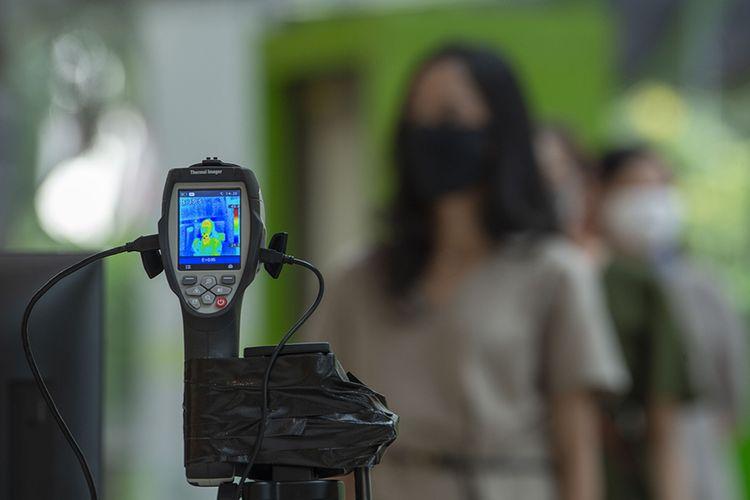 Sejumlah karyawan mengantre untuk mencoba alat pendeteksi suhu tubuh di Mal Central Park, Jakarta, Rabu (3/6/2020). Selain menerapkan protokol kesehatan ketat, sejumlah pusat perbelanjaan juga menyediakan fasilitas pendukung physical distancing, seperti mesin pembersih tangan otomatis, mesin penjual masker, alat pendeteksi suhu, dan stiker tanda jaga jarak sebagai persiapan operasional di era normal baru.
