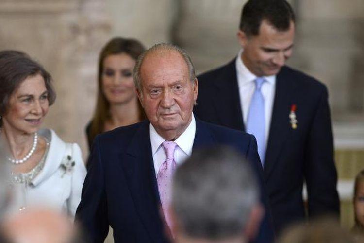 Raja Juan Carlos meninggalkan upacara penandatanganan pelepasan mahkota, Rabu (18/6/2014). Carlos harus melepaskan mahkotanya berdasarkan keputusan parlemen yang dibuat pada hari yang sama dengan kepulangan ekstra cepat tim nasional Spanyol di laga Piala Dunia 2014 di Brasil.