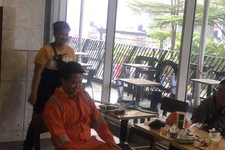 Legenda bulu tangkis ganda campuran Indonesia, Liliyana Natsir, saat hendak menyamar menjadi tukang sapu jalanan.