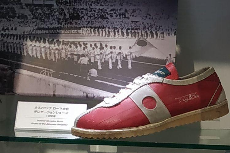 Sepatu Nippon 60 Onitsuka Tiger yang dipakai delegasi Jepang pada Olimpiade musim panas Roma tahun 1960. Sepatu ini dipajang di museum Asics di Kobe, Jepang