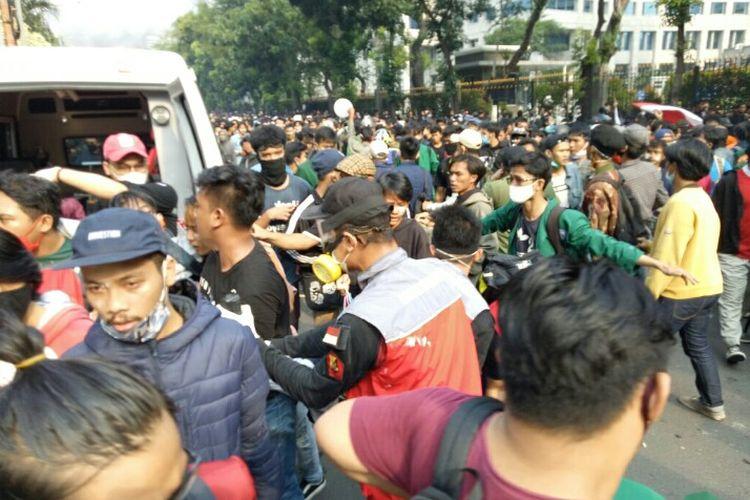 Massa demonstrasi yang menolak pengesahan Undang-undang Cipta Kerja berujung ricuh di Bundaran Patung Guda, Medan Merdeka, Jakarta Pusat, Kamis (8/10/2020). Sejumlah massa yang mengalami luka dibawa ke mobil ambulans.