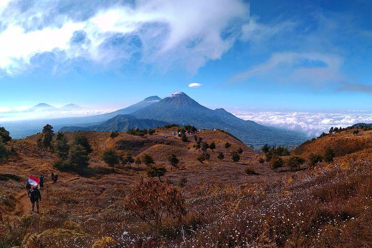 Pemandangan Gunung Sindoro dan Gunung Sumbing dari Gunung Prau via Igirmranak, Wonosobo, Jawa Tengah.