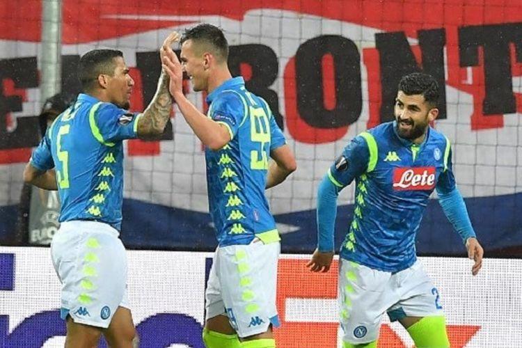 Arkadiusz Milik merayakan golnya bersama Allan dan Elseid Hysaj pada pertandingan RB Salzburg vs Napoli dalam babak 16 besar Liga Europa di Salzburg, 14 Maret 2019.
