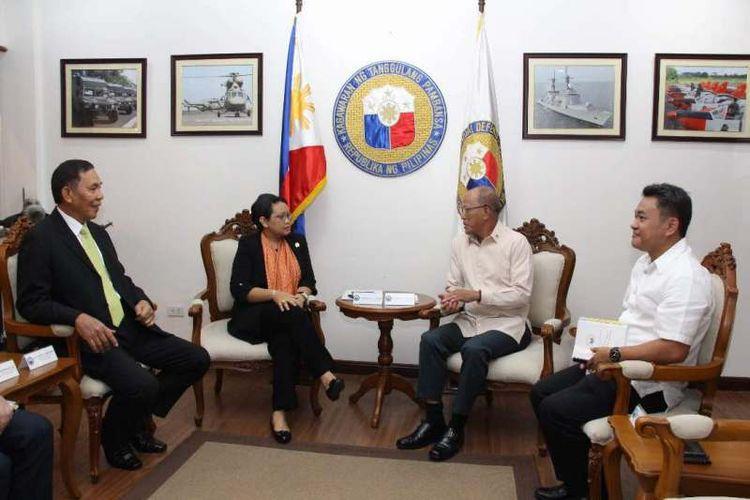 Menteri Luar Negeri Retno Marsudi melakukan pertemuan dengan tiga pejabat pemerintahan Filipina, Kamis (22/6/2017), di Manila, Filipina.
