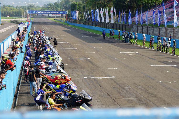 Simulasi start model Le Mans Style yang diikuti para pebalap peserta Yamaha Endurance Festival 2018 di Sirkuit Sentul, Bogor, Jumat (28/9/2018).