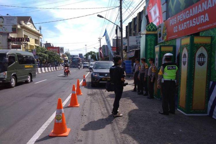 Pertigaan Tugu Kartasura di Sukoharjo, Jawa Tengah, kerap menjadi salah satu titik rawan kemacetan saat arus mudik karena menjadi persimpangan jalur utama dari arah Semarang, Jogjakarta dan Solo.