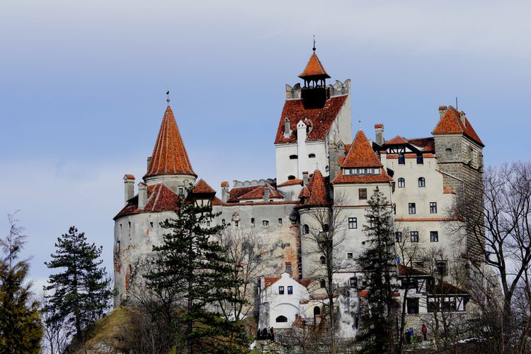 Ilustrasi Rumania - Kastil Bran di Transylvania (Photo by virgil maierean on Unsplash).