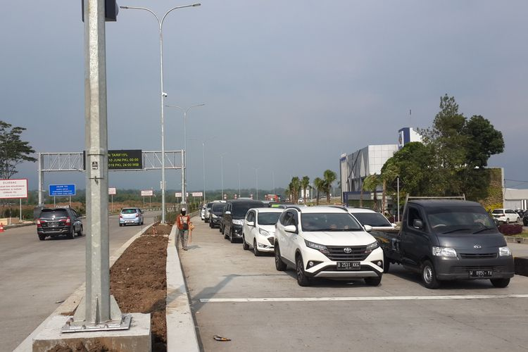 Kendaraan dari pintu Tol Singosari, Tol Pandaan-Malang saat antri di persimpangan Karanglo Kabupaten Malang, Senin (27/5/2019)