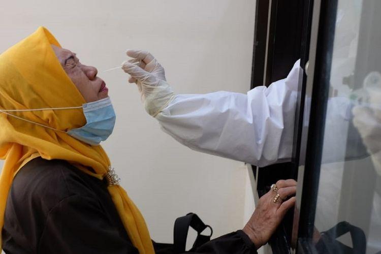Salah satu penumpang kendaraan yang hendak menuju Trenggalek Jawa Timur, menjalani rapid Test Antigen di Puskesmas Baruharjo kecamatan Durenan, Kamis, (24/12/2020)