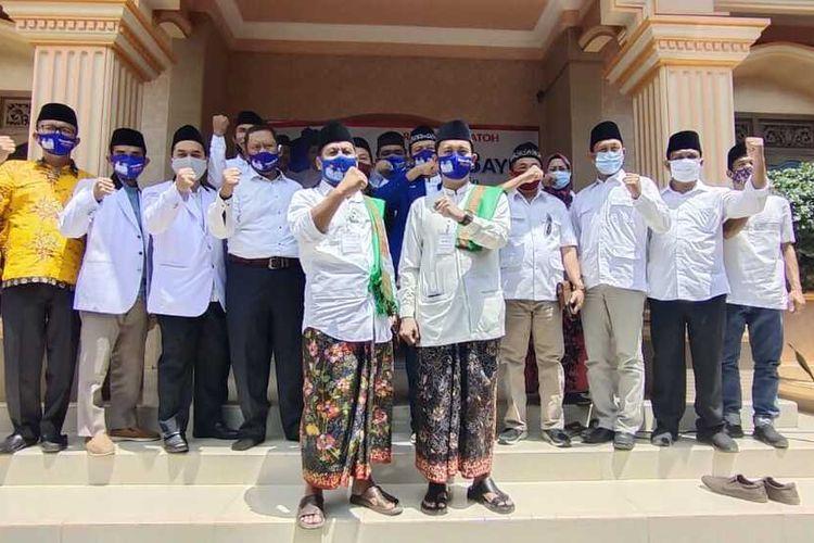 Pasangan Harno - Bayu Andriyanto mendaftarcalon Bupati dan wakil Bupati Pilkada RembangPilkada Rembang ke KPU setempat dengan berjalan kaki bersama rombongan 300 orang, Jumat (4/9/2020).