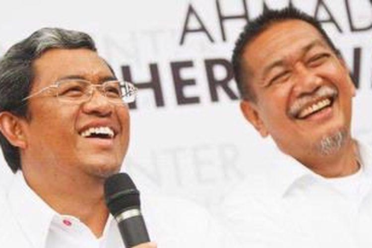 Calon gubernur Ahmad Heryawan bersama calon wakil gubernur pasangannya Deddy Mizwar menggelar konferensi pers di Selaras Guest House Jalan Taman Cibeunying Selatan, Bandung, Jawa Barat, setelah memenangkan perolehan suara yang ditetapkan KPU Provinsi Jabar dalam Pilkada Jabar 2013, Minggu (3/3/2013). Aher-Deddy meraih suara sebanyak 6.515.313 dari total 20.115.423 surat suara yang masuk baik yang sah maupun tidak sah. Pasangan Rieke Dyah Pitaloka-Teten Masduki menempati urutan kedua dengan total perolehan 5.714.997 suara.