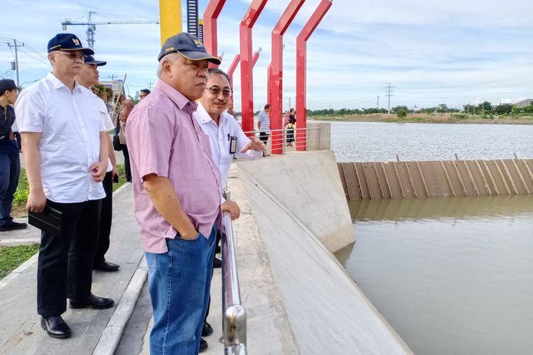 Menteri Pekerjaan Umum dan Perumahan Rakyat (PUPR) Basuki Hadimuljono meninjau Bendung Gerak Kanal Banjir Barat di Semarang, MinggU (29/12/2019).