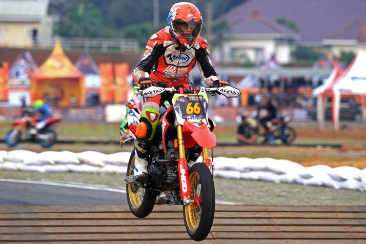 Momo Harmono, Pembalap Supermoto berusia 62 tahun dari tim JHOO M02 JPX CLD AHRD, Surabaya, pada balapan Trial Game Asphalt di Mijen, Semarang, Jawa Tengah, Sabtu(7/8/2018)