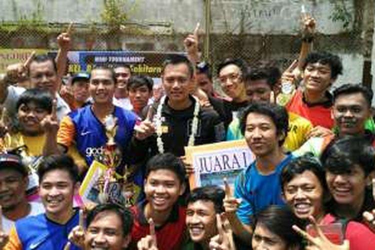 Calon gubernur DKI Jakarta Agus Harimurti Yudhoyono berfoto bersama peserta turnamen futsal di Kelurahan Pela Mampang, Kecamatan Mampang Prapatan, Jakarta Selatan, Sabtu (12/11/2016).