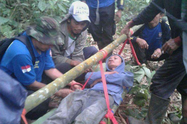 Tim SAR gabungan dari Tagana, TNI, Polri, dan Rapi mengevakuasi Falik alias Alik dari tengah hutan Pekuncen di Grumbul Gununganyar, Desa Krajan, Kecamatan Pekuncen, Banyumas, Jawa Tengah, Jumat (3/11/2017).