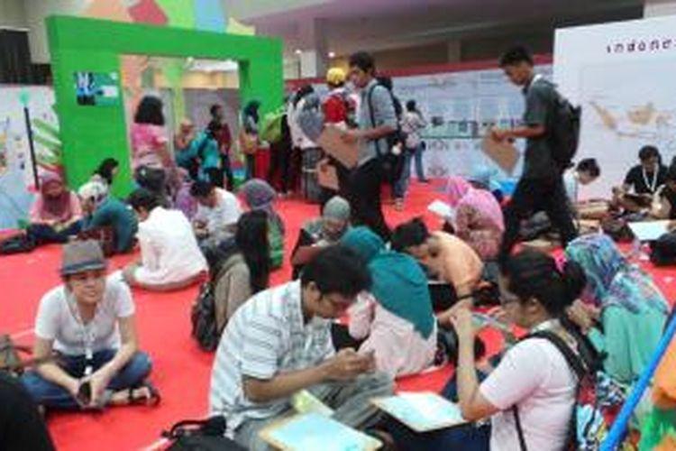 Salah satu kegiatan dalam Festival Gerakan Indonesia Mengajar 2013, tampak para relawan sedang membuat surat semangat untuk pelajar-pelajar di daerah. Festival Gerakan Indonesia Mengajar diselenggarakan selama dua hari, mulai Sabtu (5/10/2013) hingga Minggu (6/10/2013).